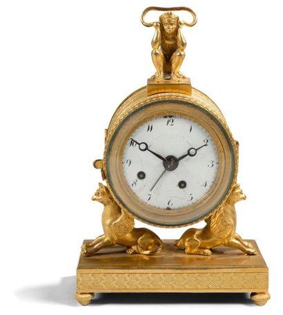 Petite pendule formant réveil en bronze doré,...