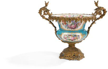 Vase en porcelaine dans le goût de Sèvres,...