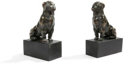 Deux figures de lions en bronze patiné; sur...