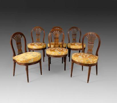 Suite de six chaises en noyer teinté, le...