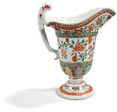 Aiguière casque en porcelaine de Chine famille...