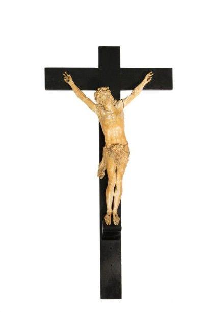 Grand Christ en ivoire sculpté. Tête inclinée...