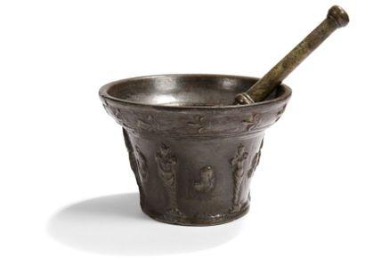 Mortier en bronze à décor de thermes et de...