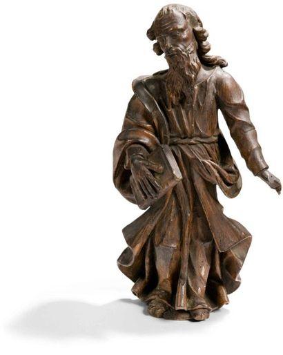 Saint Evangéliste en bois sculpté et patiné. Debout, vêtu d'une tunique et d'un...