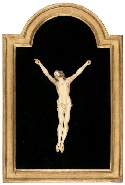 Christ en ivoire sculpté avec rehauts de...