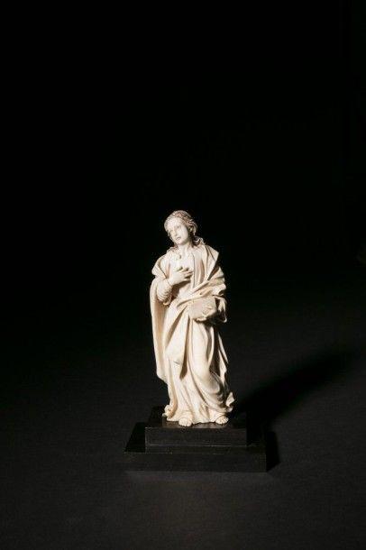 Saint-Jean en ivoire sculpté en ronde-bosse...