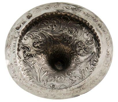 Pied de reliquaire en argent repoussé et gravé. Base circulaire et tige à balustre...