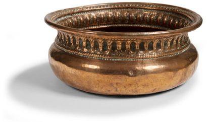 Bassin de brasero en cuivre à décor d'oves et de perles, fond gravé d'un motif étoilé....