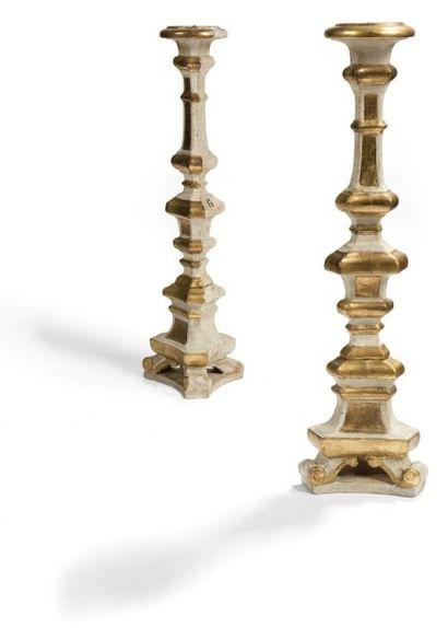 Paire de chandeliers d'autel en bois laqué...
