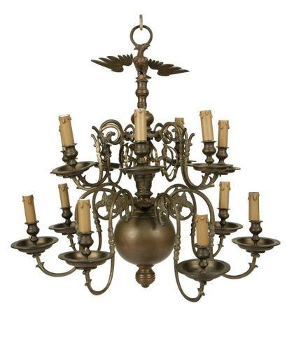 Lustre en bronze à quatorze bras de lumière...
