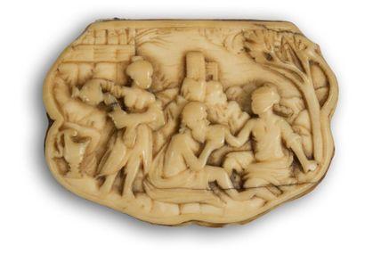 Boîte à tabac de forme mouvementée en ivoire sculpté en bas-relief à décor de Loth...