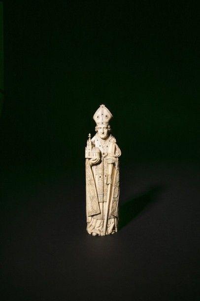 Saint Evêque fondateur en ivoire sculpté...