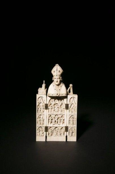 Saint Evêque fondateur en ivoire sculpté en ronde-bosse ouvrant et formant triptyque,...