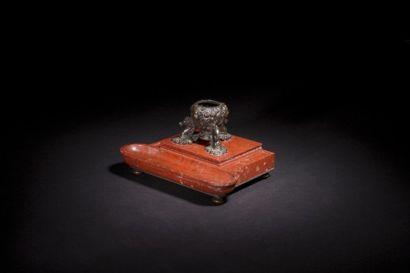Base d'encrier en bronze patiné à décor de...