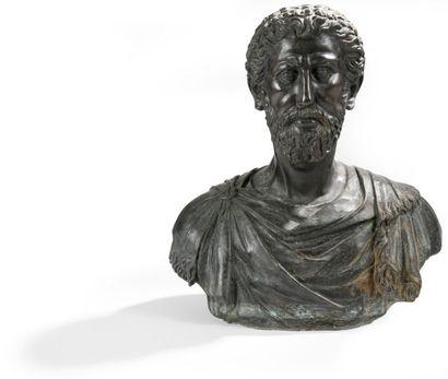 Buste en bronze patiné d'après l'antique. Dans le goût du XVIIe siècle. H.: 57 ...