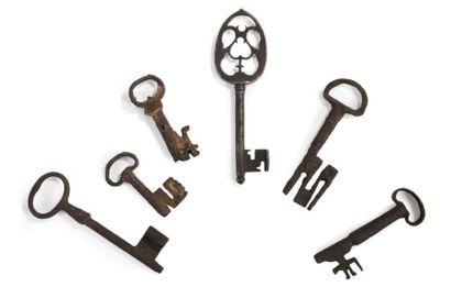 Six clés en fer forgé, certaines à anneau...