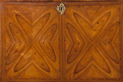 Secrétaire à abattant en bois de rose plaqué en ailes de papillon, la façade légèrement...