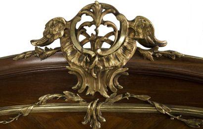 Mobilier de chambre à coucher en bois de rose et amarante composé d'un lit à deux...