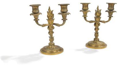 Paire de petits candélabres en bronze doré à deux lumières en enroulement autour...