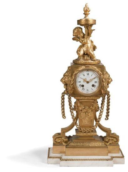 Grande pendule en bronze doré et marbre blanc, le cadran flanqué de mufles de lion...