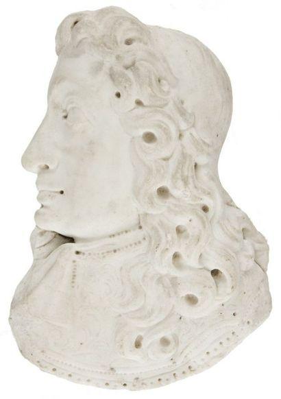 Profil d'homme en marbre blanc. Début du XVIIIe siècle. H.: 22 cm Accidents