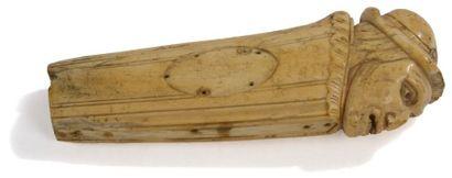 Manche de dague en ivoire figurant une tête...