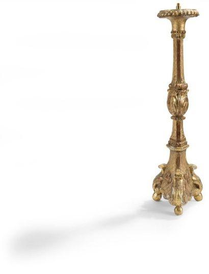 Pique-cierge en bois redoré, de forme balustre à décor de feuillages et fleurs....