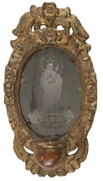 Petit miroir formant bénitier en bois doré,...