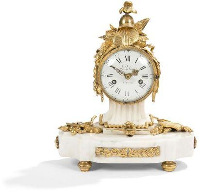 Pendule en bronze doré et marbre blanc à...