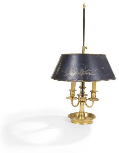 Lampe bouillotte en bronze doré à trois lumières;...