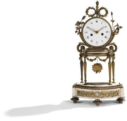 Pendule en marbre blanc et bronze doré, le cadran soutenu par une entablement à...