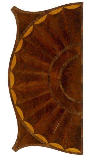 Table à jeu en acajou et bois clair, le plateau dépliant à décor de vélum; la ceinture...