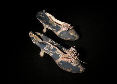 Robe Louis XVI en soie brochée fond bleu à décor de fleurs blanches et souliers...