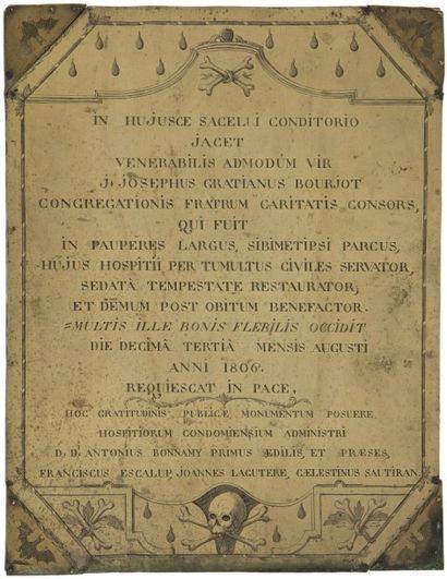 Plaque funéraire en laiton gravé, l'inscription...