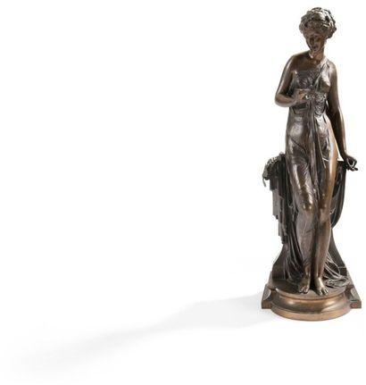 Figure de femme drapée en bronze à patine...