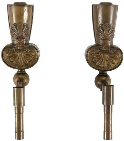 Paire d'appliques en cuivre repoussé, à décor de palmettes. XIXe siècle (manques)....