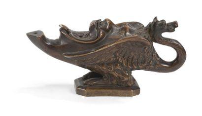 Lampe à huile formée d'un monstre ailé et d'un tête de satyre. Épreuve en bronze...