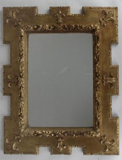 Miroir en bois doré à décrochement à décor...