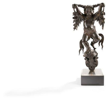 Fragment de sculpture en bois teinté représentant...