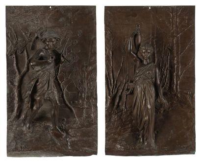 Paire de plaques en régule patiné représentant l'Amour et une femme drapée à l'antique....