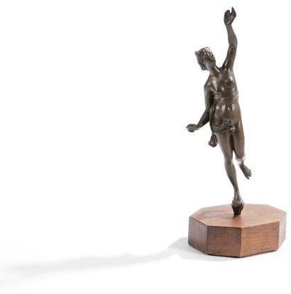 Figure de Vénus en bronze patiné; le socle...