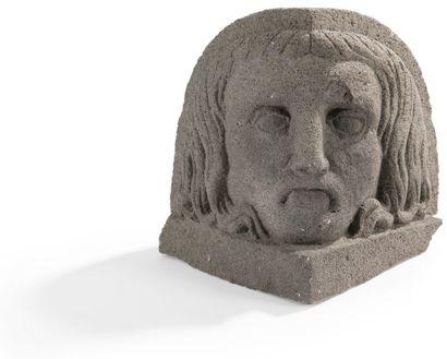 Tête angulaire en pierre volcanique, d'après les visages masculins ornant les angles...