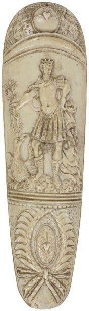 Râpe à tabac en ivoire sculpté à décor d'une...