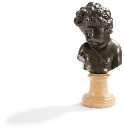 Buste d'enfant en bronze à patine brune; reposant sur un piédouche en bois peint....