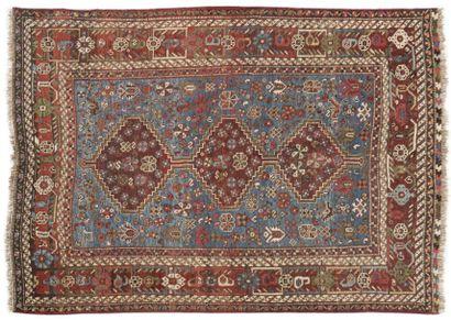 CHIRAZ Tapis à fond bleu à décor de trois losanges crénelés à fond rouge, bordure...