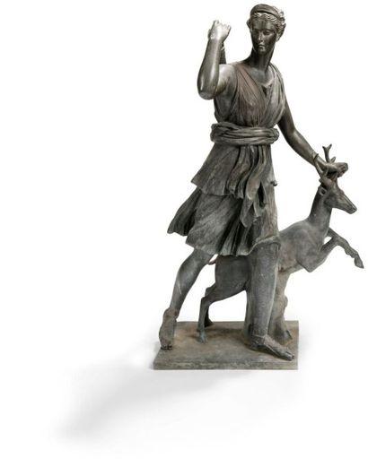 D'après La Diane de Versailles Diane chasseresse Bronze à patine brun- vert. Cachet...