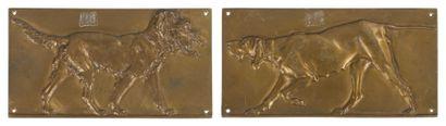 Deux plaques en bronze doré représentant deux chiens dont un d'arrêt et l'autre...