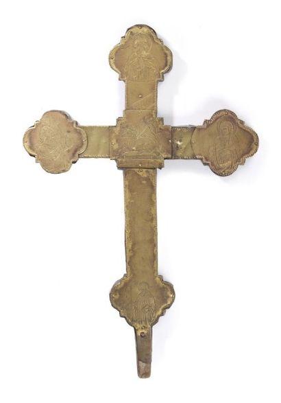 Croix de procession en laiton gravé et doré...