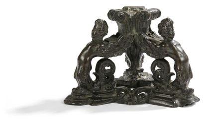 Base tripode en bronze à décor de putti adossés...