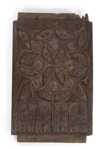 Panneau en chêne sculpté à décor de remplages...